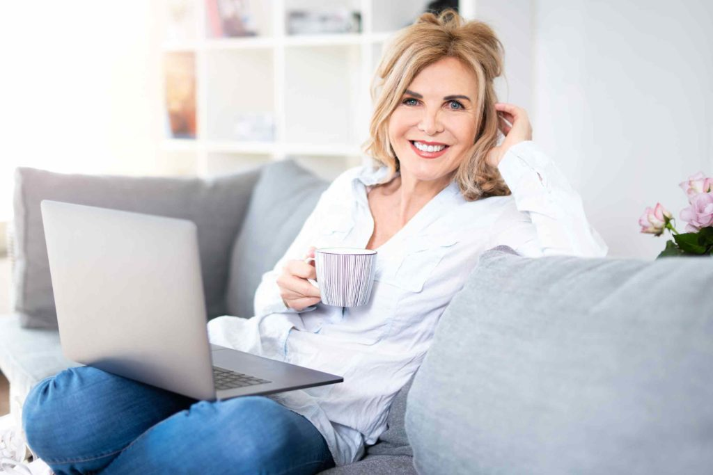 Frau rechnet Ersparnis der Beiträge von PKV zu GKV aus