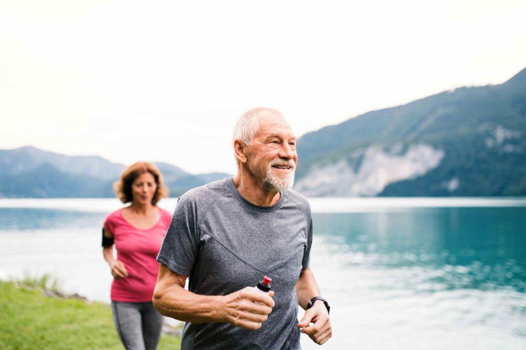 Rentnerpaar geniesst finanzielle Freiheit beim Joggen