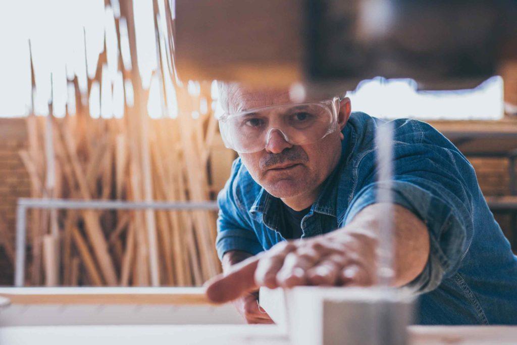 Selbstständiger Tischler Handwerker kann sich Ersparnis ausrechnen beim Wechsel PKV zu GKV